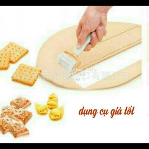 Dụng cụ làm bánh quy hành và cây lăn lỗ bánh quy